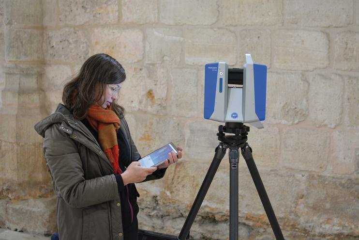 Ségolène utilise un scanner-laser à la pointe de la technique. (© Tanguy Béraud)