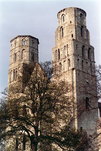 Abbatiale Notre-Dame. Façade (XIe siècle). (Photo Eric Bruneval © Patrimoine Normand.)