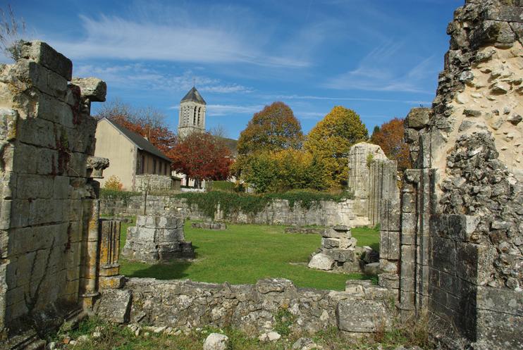 L'abbaye de Saint-Évroult a malheureusement servi de carrière de pierre. (© Stéphane William Gondoin)