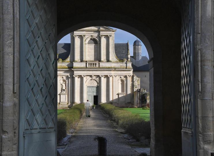 L'abbaye Saint-Martin de Mondaye abrite toujours une communauté de chanoines prémontrés. (© Rodolphe Corbin)
