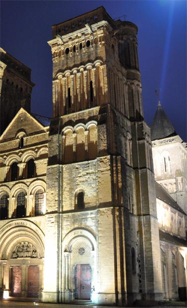 Analogies entre le campanile du XIIe siècle de Santa Maria dell' Ammiraglio à Palerme (Sicile) et les tours de la trinité de Caen. (© M. Minnella et Rodolphe Corbin.)
