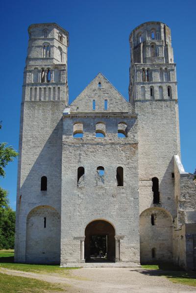 L'abbaye de Jumièges, l'un des fleurons de l'architecture romane en Normandie. (© Stéphane William Gondoin)