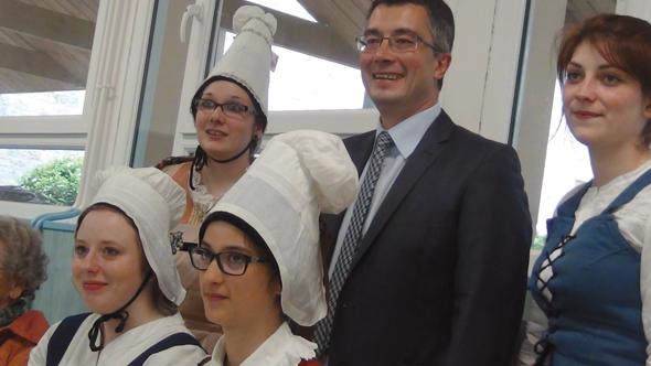 Domfront, Bernard Deniau, vice-président de région chargé des lycées, parmi des élèves en costume