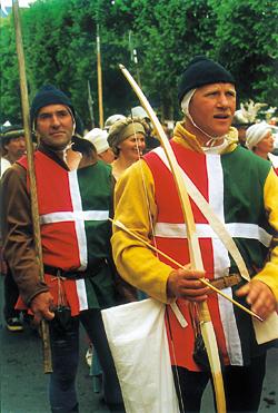 Piétons et archers français (croix blanche). (Photo Georges Bernage © Patrimoine Normand).