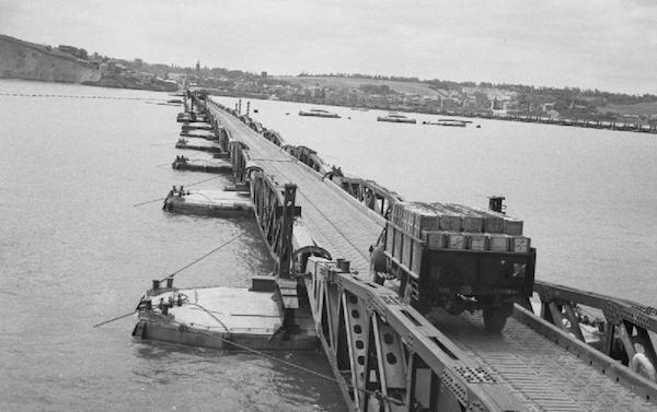 Vue de l`une des jetées à sens unique du port artificiel codé  Mulberry B  face à Arromanches-les-Bains  ( I.W.M.).