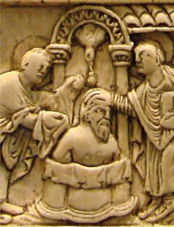 Détail d'un décor de reliure en ivoire figurant le baptême de Clovis par immersion. Conservé au musée de Picardie à Amiens et daté du IXe siècle. (Par Pethrus, Wikimedia commons - DR)