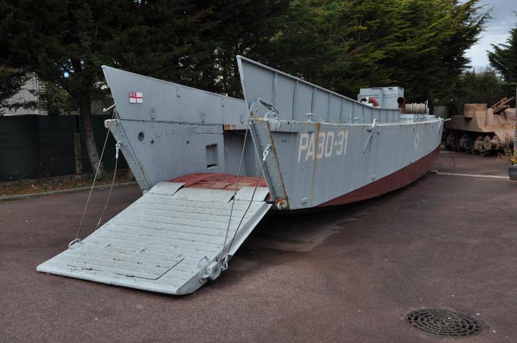 Barge d'assaut exposée à l'entrée du musée du Mur de l'Atlantique - Ouistreham  (Photo Rodolphe Corbin © Patrimoine Normand).