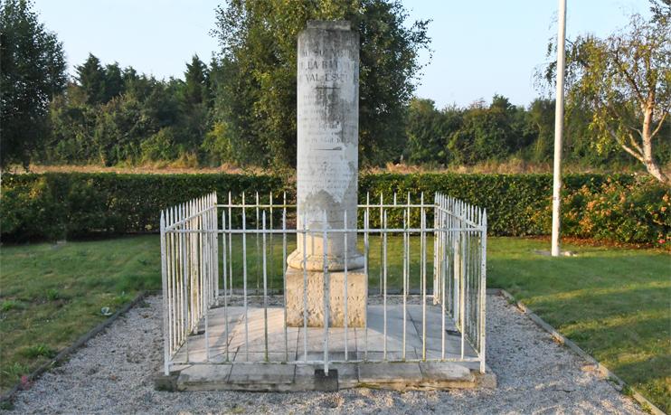 Stèle commémorant la victoire de Guillaume au Val-ès-Dunes (Photo Rodolphe Corbin © Patrimoine Normand).