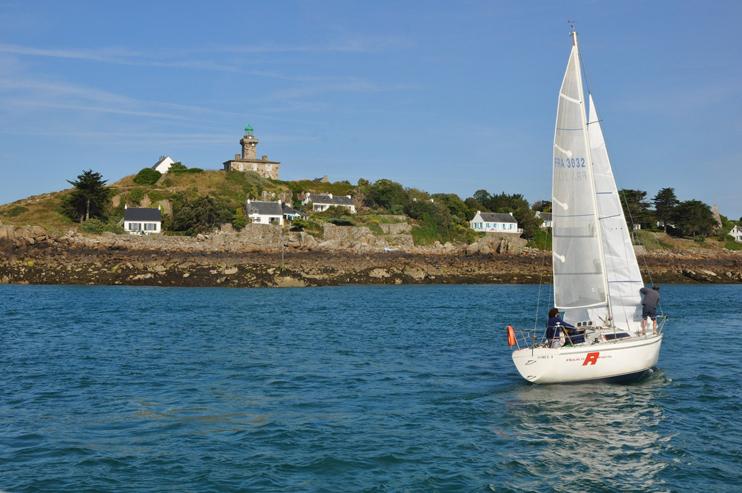 L'arrivé en bateau sur les îles Chausey. La pointe de la tour (photo Rodolphe Corbin © Patrimoine Normand).