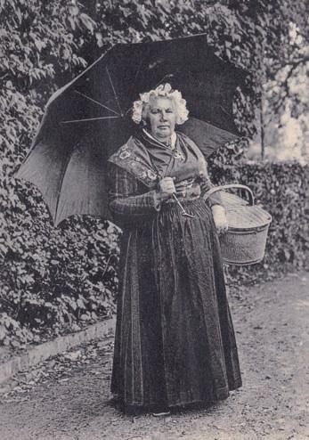 La « belle Ernestine » vers 1900. Elle avait alors autour de soixante ans et n'était donc plus la fraîche jeune fille qu'avait si bien connue Maupassant. Elle continuait toutefois de régaler tous ses visiteurs. Les murs de son auberge étaient tapissés d'autographes et de dessins de célébrités passées par sa table. (© Coll. Stéphane William Gondoin)