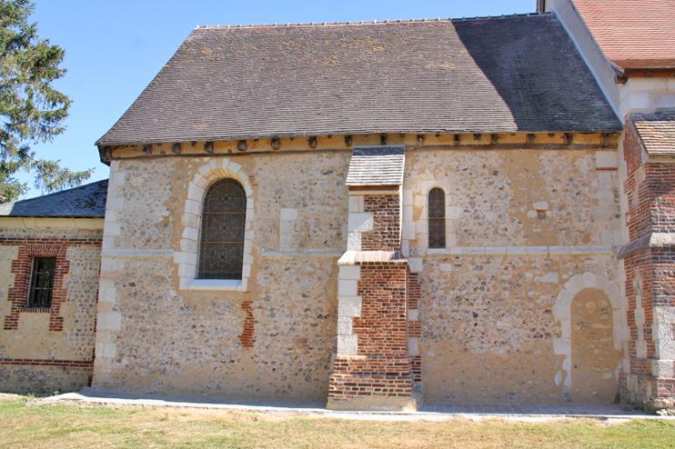 L'église Saint-Cyr-Sainte-Julitte, Bretigny (Eure). Le travail de restauration est loin d'être achevé en cet été 2019. (© Virginie Michelland.)