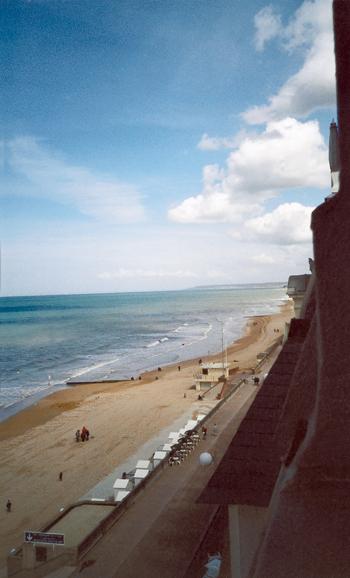 Du 4e étage du Grand-Hôtel, l'écrivain contemplait la plage et la digue dans leur majesté tranquille.?Au loin, « la côte dorée (Le Havre), habituellement invisible, de Rivebelle?». (Photo Thierry Georges Leprévost © Patrimoine Normand.)