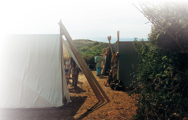 Campement viking reconstitué cet été au milieu des « mielles » de Carteret, face aux îles portant des noms scandinaves : Jersey, Guernesey. (Photo Georges Bernage © Patrimoine Normand.)