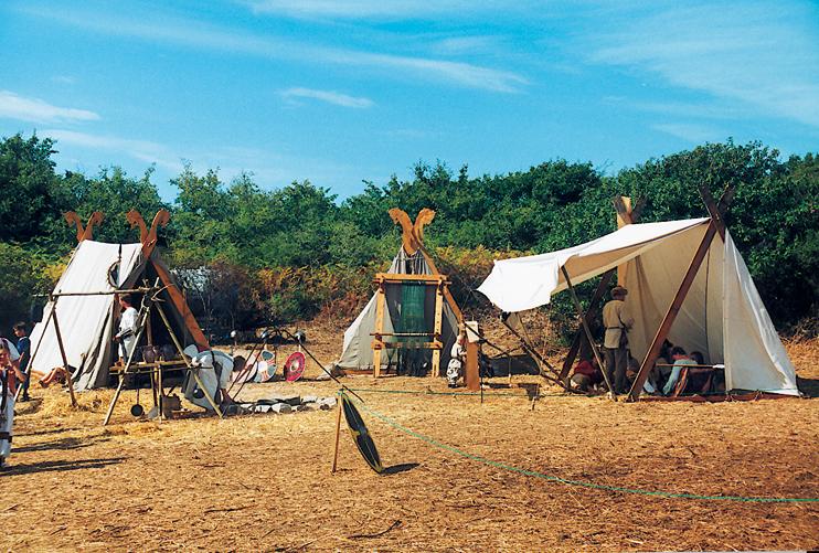 Le campement viking fidèlement reconstitué dans les dunes de Carteret. (© Georges Bernage).