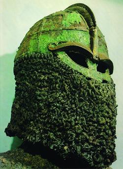 Magnifique casque de Valsgärde, avec les mailles accrochées au bord de la coiffe (© Heimdal).