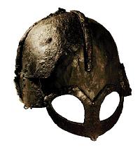 """Le casque retrouvé à Gjermundbu au Danemark, daté du Xe siècle. C'est le seul exemple de casque de la période viking, naturellement sans cornes. Celui-ci est dit """"à lunettes"""", en raison de sa protection faciale. Au XIe siècle, les Scandinaves adopteront aussi le casque à nasal. (Nationalmuseet)"""
