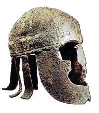 Autre exemple d'un casque de parade retrouvé à Vendel. Les plaques décoratives présentent ici des files de guerriers armés de lances et coiffés de casques à crêtes semblant se terminer en tête de sanglier  (© Heimdal).