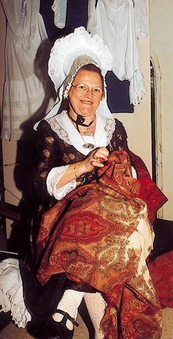 Une Cauchoise du siècle dernier raccommodant son châle en cachemire. (Photo Alexandre Vernon © Patrimoine Normand).