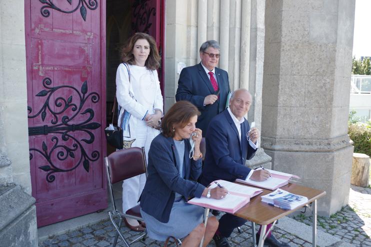 Signature de la convention entre M. Dejean de la Bâtie et Mme Masse. (© Stéphane William Gondoin)