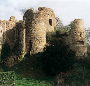 Le château de Conches-en-Ouche. Au centre : le donjon. Autour l'enceinte avec les tours flanquantes. (Photo Isabelle Audinet © Patrimoine Normand).