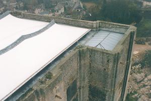 La couverture en téflon blanc qui recouvre…?de manière «?transitoire » (vu son absence de longévité) le château de Falaise. (© Patrimoine Normand.)