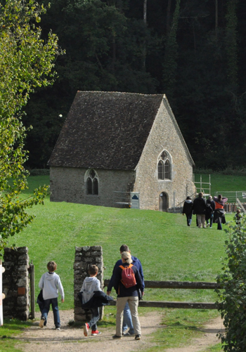 Saint-Céneri-le-Gérei - La chapelle dans le pré, au bord de la Sarthe (Photo Rodolphe Corbin © Patrimoine Normand).
