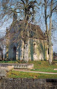 La chapelle et l`orangerie sont visibles dans le parc.