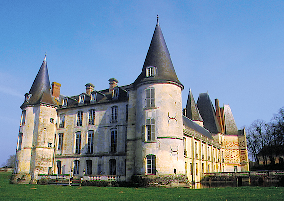 Le château est construit sur pilotis dans un étang de la Thouanne. A larrière deux tours rondes encadrent le corps de logis.