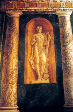 Dans le salon des muses, Appolon trône au-dessus de la cheminée.