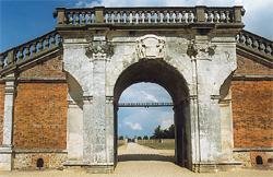 Château du Champ de Bataille. Le passage reliant les deux bâtiments. La porte de la Cour d'Honneur. (Photo Alexandre Vernon © Patrimoine Normand).