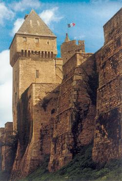 Au pied des remparts du château de Creully, la tour, qui possède encore ses mâchicoulis est la tour dite de la BBC, puisquen juin 1944, elle servit aux alliés pour la transmission radio en direction