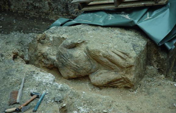 Le bloc sculpté en cours de dégagement ( E. Follain).