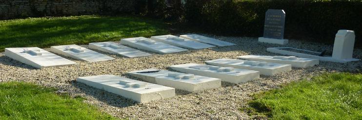 Sépultures des martyrs, dans le cimetière de Saint-Pierre-du-Jonquet. (© Ghislain Quétel)