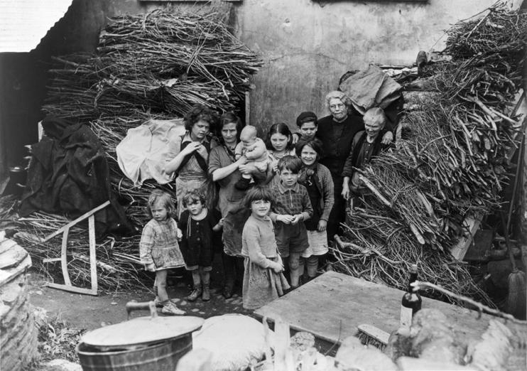 Les civils tentent de survivre au milieu des ruines (US Army - Coll. Georges Bernage).