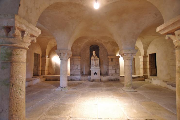 La crypte de léglise paroissiale de Saint-Marcouf (Manche), à lemplacement de labbaye mérovingienne de Nanteuil. ( Stéphane William Gondoin)