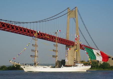 Armada 2013. Drapeau mexicain flottant au vent et marins dans la mâture, le Cuauhtémoc franchit le pont de Tancarville ( SWG).