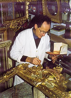Le restaurateur Armel de la Bonnellière dans son atelier d'Audrieu. Humidification de la surface à dorer. (Photo Jean-Xavier de Saint-Jores © Patrimoine Normand).