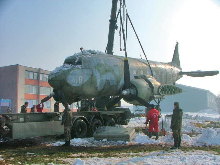 Abandonné sur un aérodrome près de Sarajevo en Bosnie-Herzégovine, le Douglas C-47 est rapatrié en 2007 par une équipe de bénévoles. (© Fondation du patrimoine)