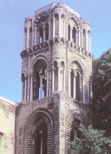 Analogies entre le campanile du XIIe siècle de Santa Maria dell Ammiraglio  à Palerme (Sicile) et les tours de la trinité de Caen. (Photo Pierre Rique © M. Minnella et V. Noto.)