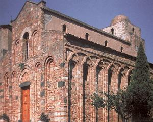 Église de Santi Pietro e Paolo, Itala (Sicile), façade et nef, fin XIe siècle. (© Simona Talenti.)
