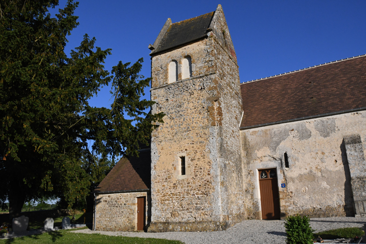 L'église Sainte-Anne à Angoville. Datant du XIIe siècle, l'église est typique du patrimoine bâti du pays de Falaise. La toiture a été refaite à l'identique en tuiles plates du pays. (Photo Rodolphe Corbin © Patrimoine Normand)