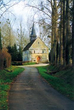 La petite église de Sainte-Marie-aux-Anglais désaffectée depuis la révolution, simple, élégante et homogène. (Photo Erik Groult © Patrimoine Normand.)