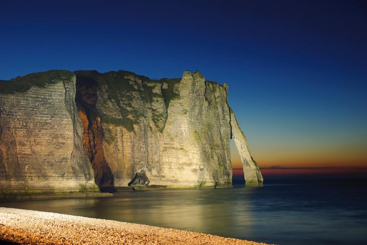 Nocturne au pied des falaises dtretat. ( Stéphane William Gondoin)