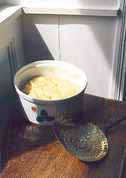 Pour deux falues moyennes, selon la recette, la pâte est en train de lever. (Photo Georges Bernage © Patrimoine Normand.)