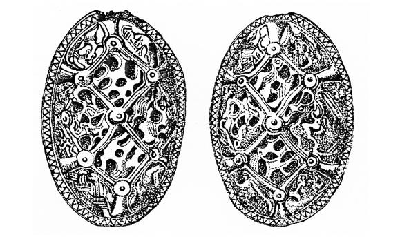 Les fibules de Pîtres, les seules fibules scandinaves de ce type découvertes en France. Elles proviennent d'une sépulture féminine qui n'a pu être fouillée. Mais, stylistiquement, elles sont datées de l'époque où les Vikings s'établirent à Pîtres, vers 865. Des femmes les auraient alors accompagnés. Ces bijoux en bronze, qui attachaient les bretelles du tablier, mesurent douze centimètres de long (© Heimdal).