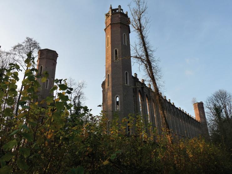 L'ancienne filature, comme la carcasse d'une cathédrale gothique perdue dans la campagne (© CL).
