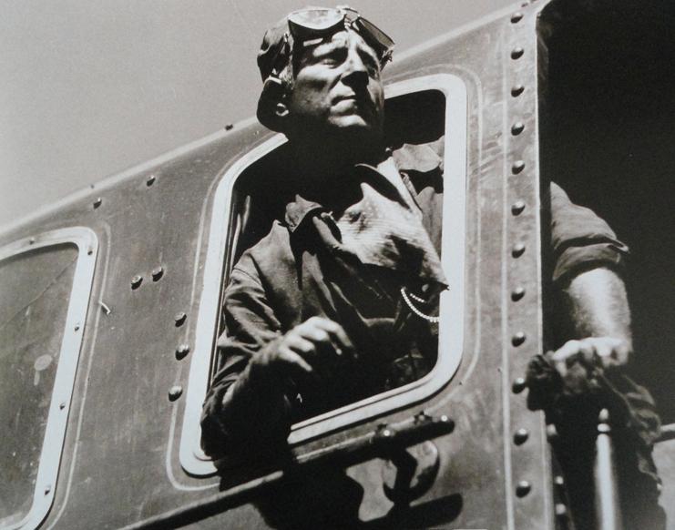 """La bête humaine - 1938. Le début du film, à bord de la """"Lison"""" est impressionnant ; la """"Pacific 231"""" est lancée à pleine vitesse, sans trucage ; Jean Gabin et julien Carette dans l'enfer du poste de conduite ne sont pas doublés (ils avaient appris les gestes sans cesse répétés, tel un ballet automatique entre le chauffeur et le mécanicien durant plusieurs semaines). Bien que le trafic voyageurs ne fut nullement interrompu, la gare du Havre et le dépôt de Saint-Léon furent pratiquement transformés en studio de cinéma truffés d'énormes projecteurs, quelques scènes se passent également dans la ville du Havre. Le film a été tourné en grande partie sur la ligne Paris-le Havre, notamment dans les communes de l'Eure de Beuzeville, le long des talus de la voie ferrée et du pont de Pacy-sur-Eure, au passage à niveau de Mérey ; en Seine Maritime sur le viaduc de Barentin, le pont d'Oissel et en Yvelines à Bonnières vers la gare Saint-Lazare. Lors de ce film, Jean Gabin a été fait cheminot d'honneur (DR)."""