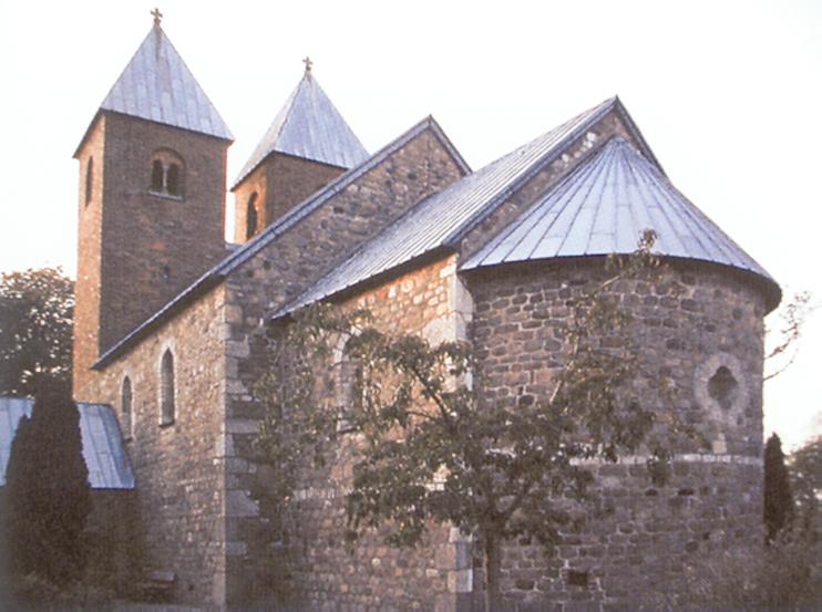 Église paroissiale, Fjenneslev (Danemark). Vue du chœur datant de 1130, les tours occidentales sont du XIIe siècle. (© Simona Talenti.)