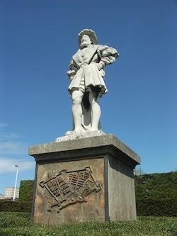 Statue de François Ier par R. A. Duparcq. Le fondateur de la ville du Havre n`imaginait sans doute pas le développement futur de sa création.