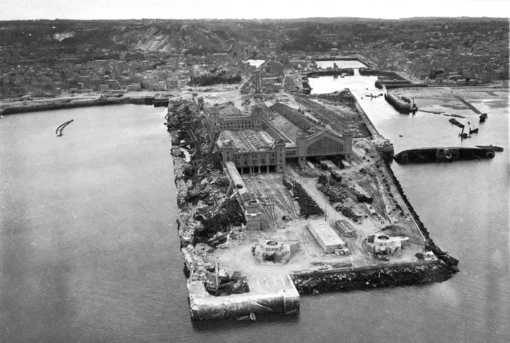 La gare maritime de Cherbourg après la libération de la ville. Le bâtiment est presque indemne au milieu des installations dévastées (© US National Archives & records Administration).